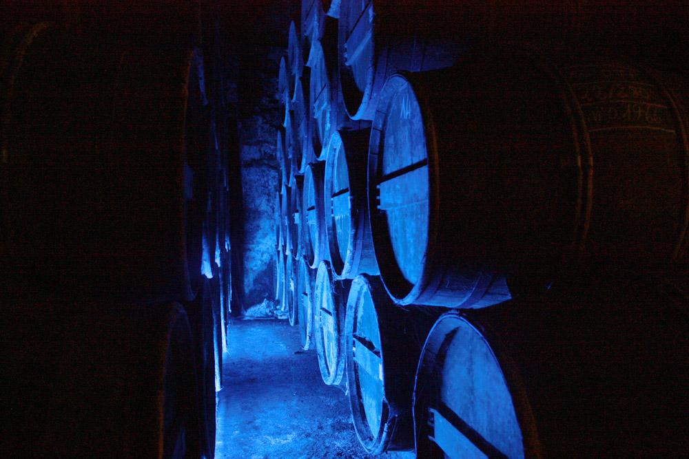 De vaten cognac liggen te rijpen.