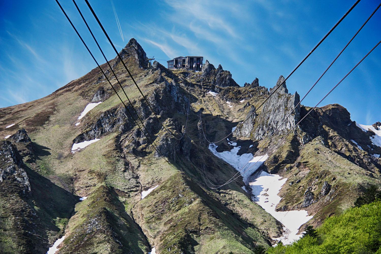 De kabelbaan naar boven, waarvandaan het nog een kwartiertje lopen is naar de top.