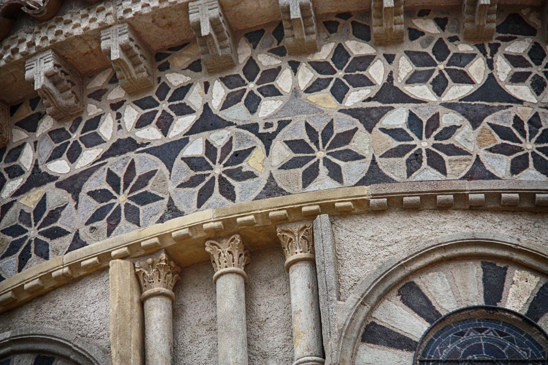 Bijzonder fraaie details in de muren van de Notre-Dame-du-Port.