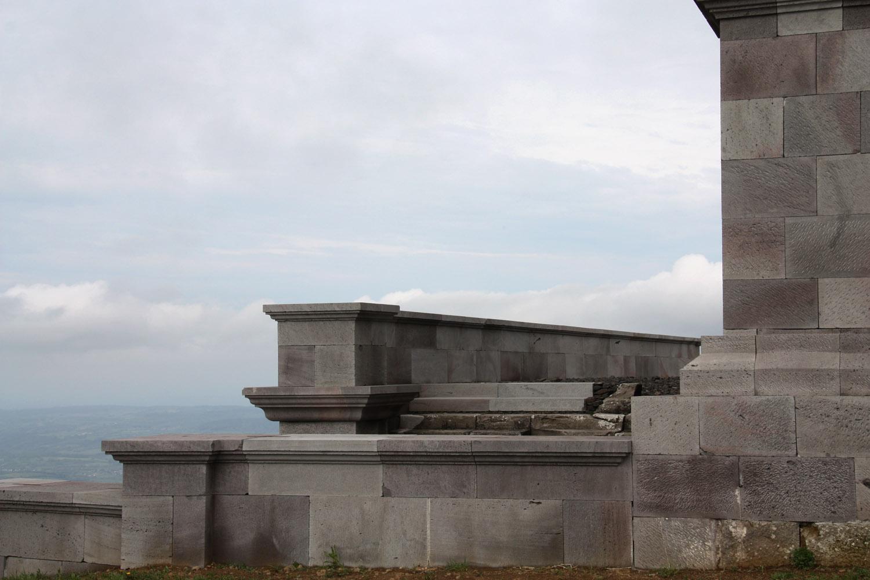 Delen van de ruïne zijn gereconstrueerd.