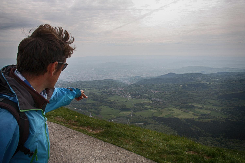 De gids wijst op het plateau dat zich vanaf hier tot aan Clermont-Ferrand uitstrekt.