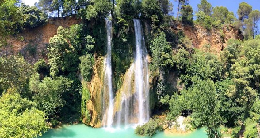 Waterval en stadje Sillans-la-Cascade, Var, Provence, Frankrijk