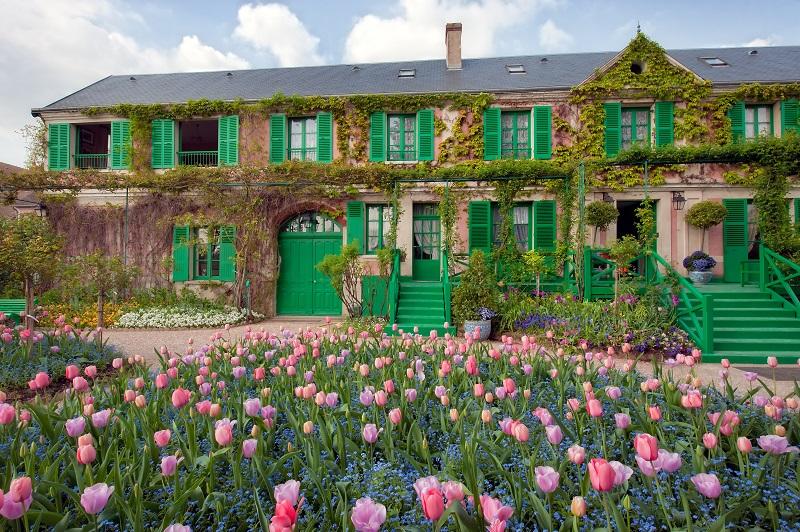 Het huis van Claude Monet met tulpen