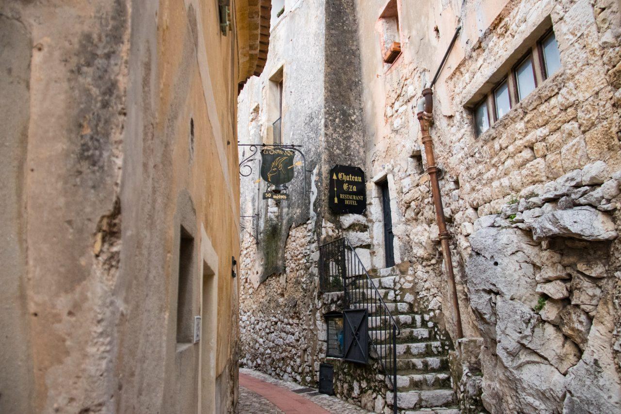 Nauwe straatjes in het dorp Èze