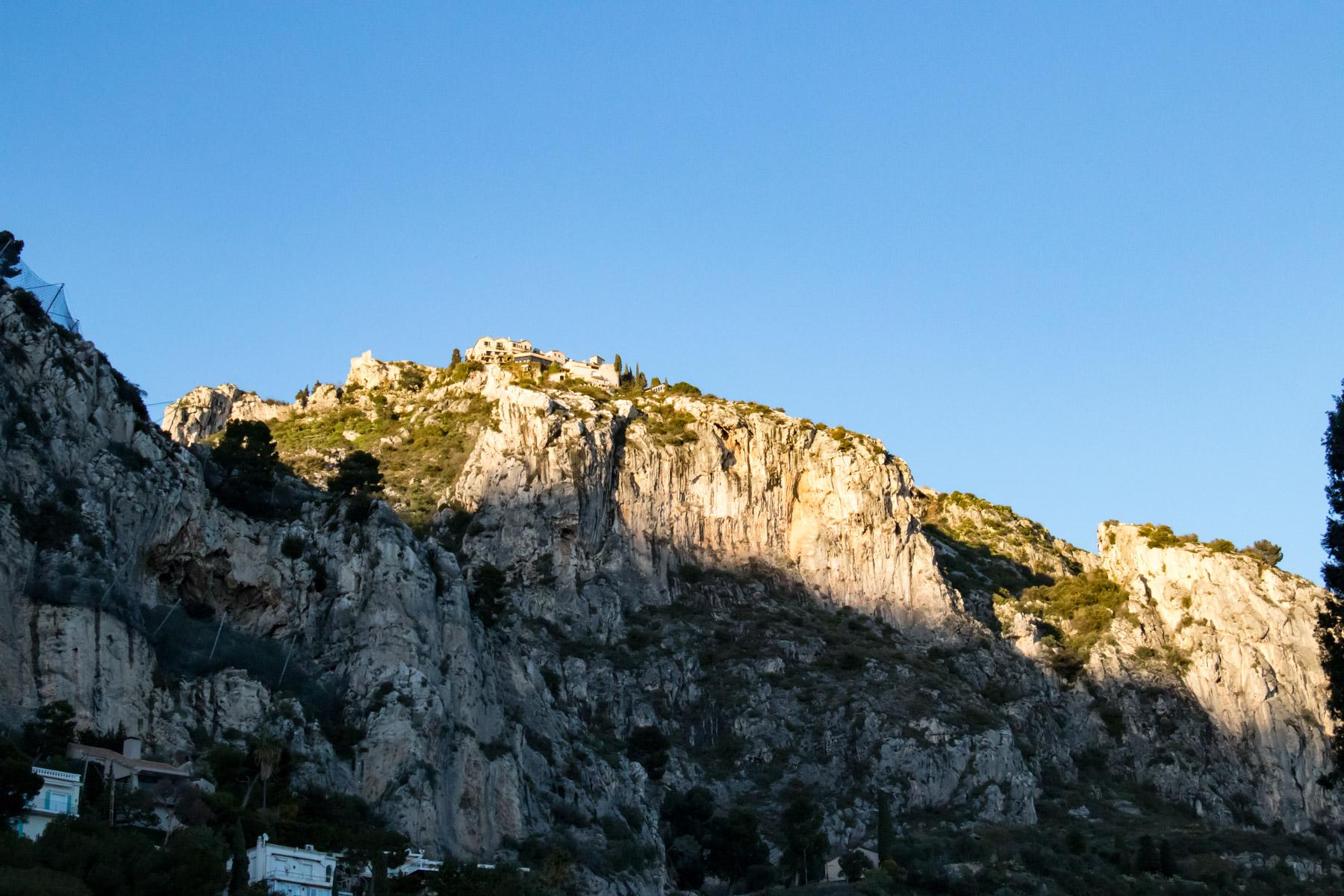 Weer beneden aangekomen zien we Èze hoog boven de rotsen liggen in de avondzon.