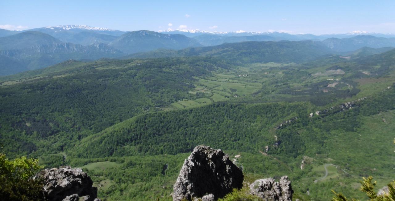 Vallei van de Saint-Louis, een bijrivier van de Aude, uitzicht van de zuidflank van de Pech de Bugararch.