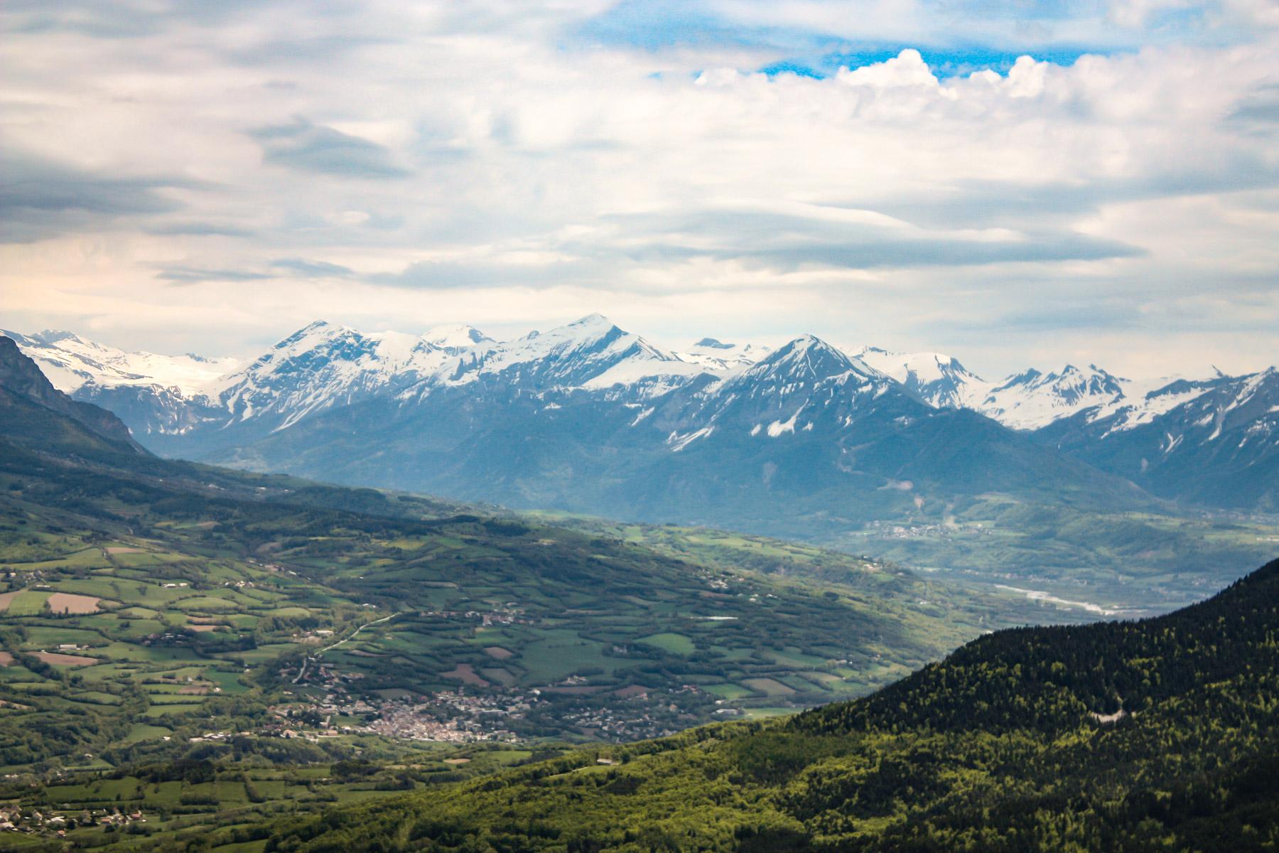 Uitzicht over het landschap van de Route Napoléon net boven Gap, met het bergmassief van de Écrins.