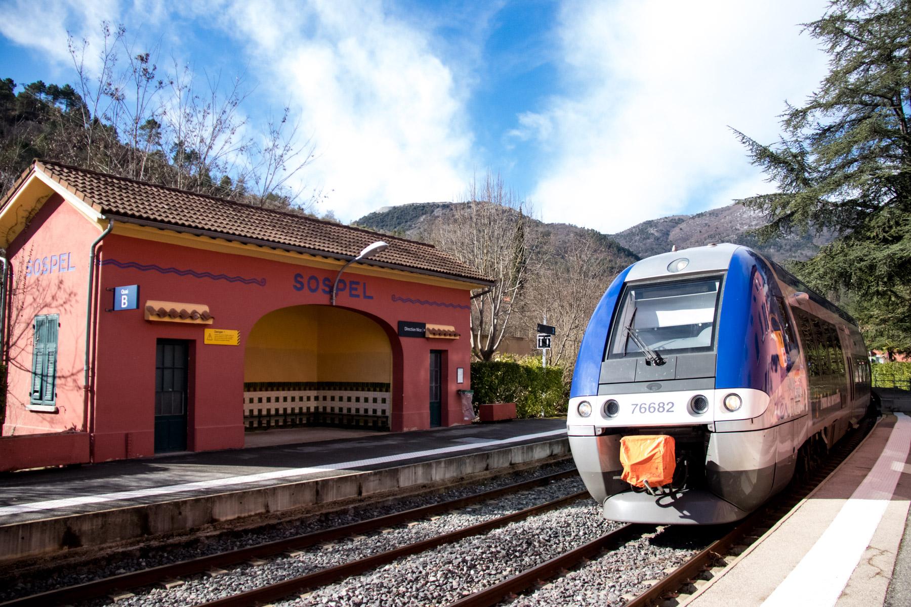 De trein komt aan op het station van Sospel.