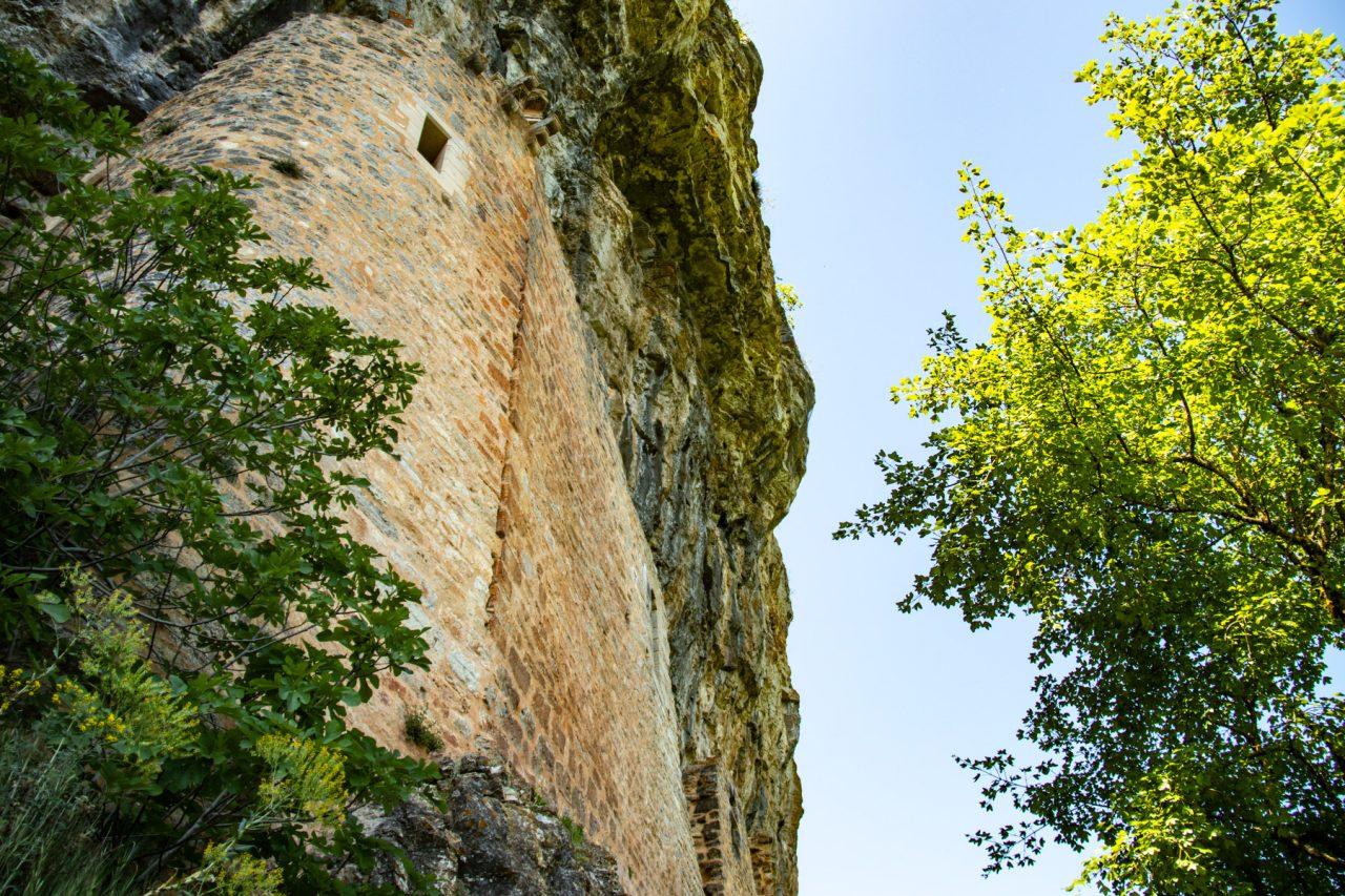 Het château des Anglais is tegen de rotsen aangebouwd.