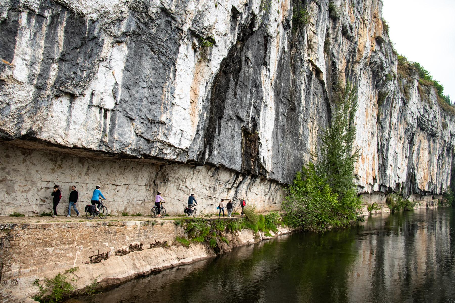 Wandelen en fietsen op het jaagpad tussen Bouziès en Saint-Cirq-Lapopie langs de Lot