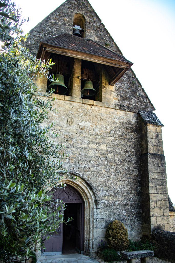 Kerkje in het dorp La Roque-Gageac in de Dordogne