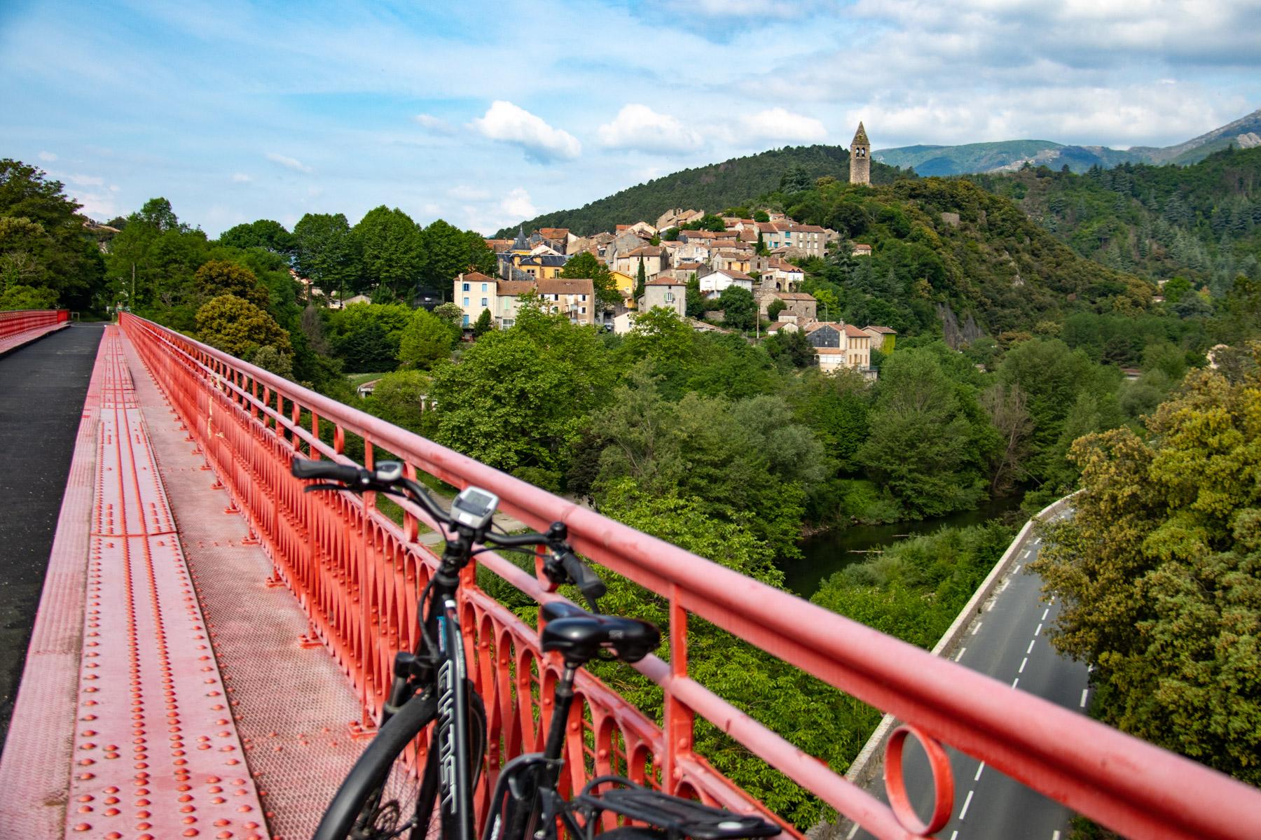 Fietsen over een oude spoorlijn in de Hérault, langs wijngaarden en mooie dorpjes